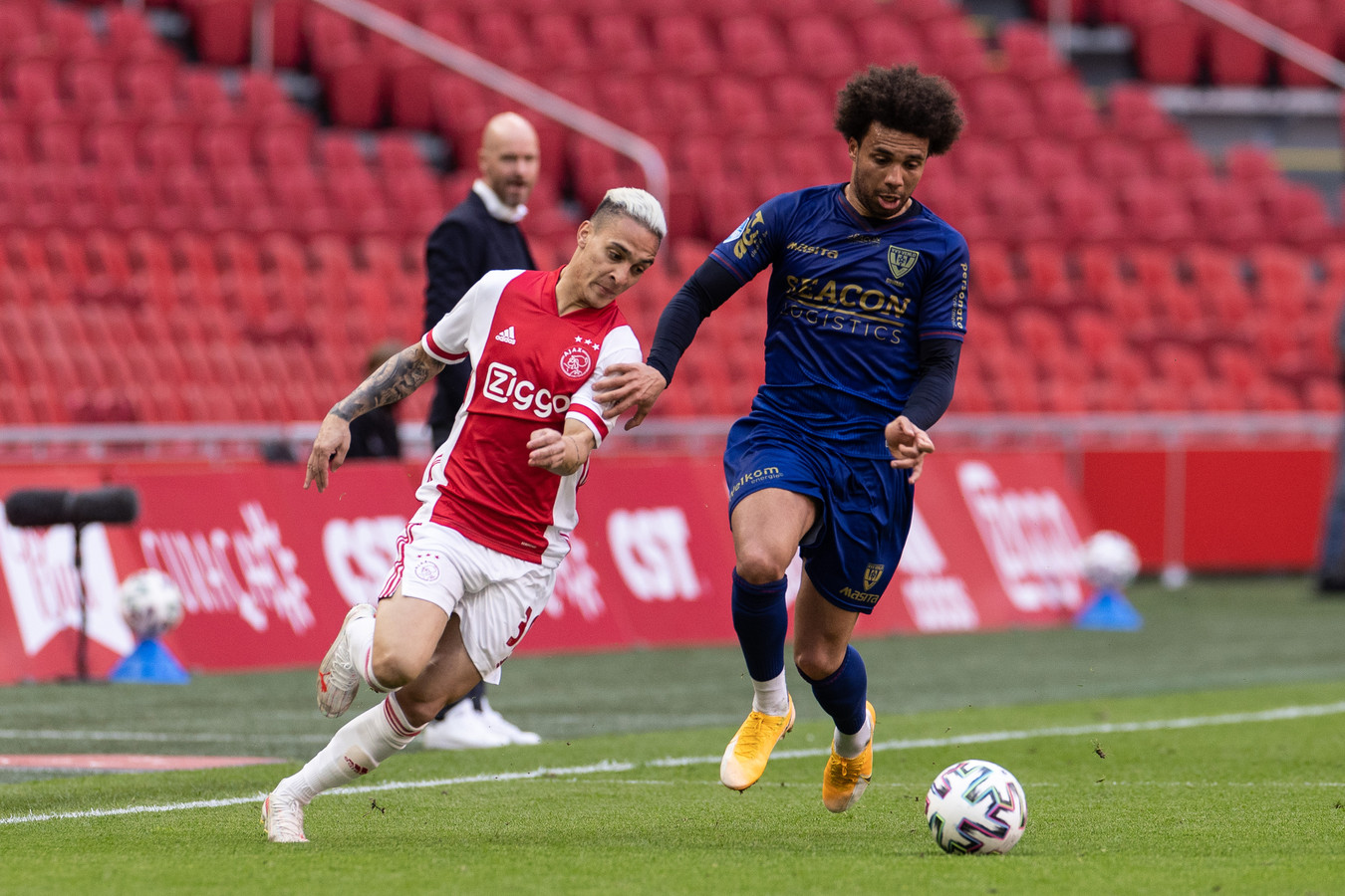 Guwara (r) namens VVV in duel met Ajax-speler Antony.