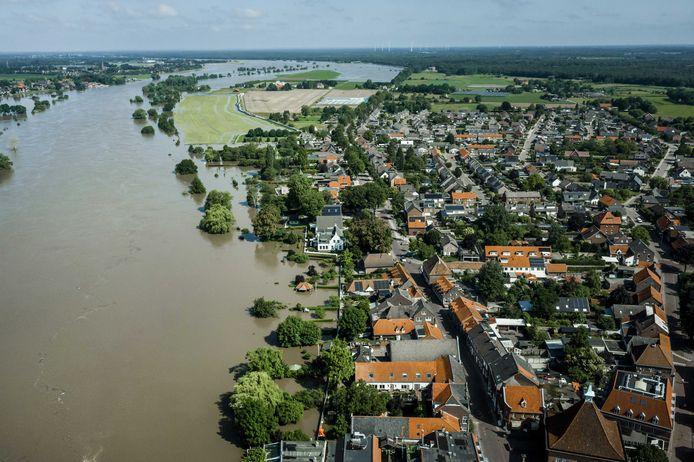 Het hoge water van de Maas bij het geëvacueerde plaatsje Arcen. De hevige regenval en overstromingen in Nederlands Limburg hebben voor veel schade gezorgd. (17/07/2021)