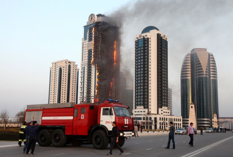 A multi-storey building, which is part of the Grozny-City complex, is seen on fire in the Chechen capital Grozny, April 3, 2013. No casualties were reported.  REUTERS/Yelena Fitkulina (RUSSIA - Tags: DISASTER TPX IMAGES OF THE DAY) Beeld null