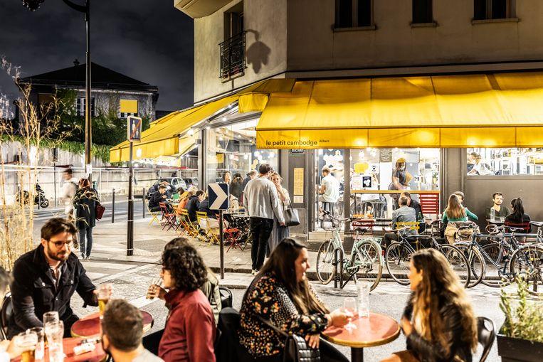 Bier en rosé, luide lachsalvo's en uitbundige gesprekken op de terrassen van Le Carillon en Le petit Cambodge. Dat hier bijna zes jaar geleden vijftien mensen werden neergemaaid, lijkt een vage herinnering.   Beeld Franky Verdickt
