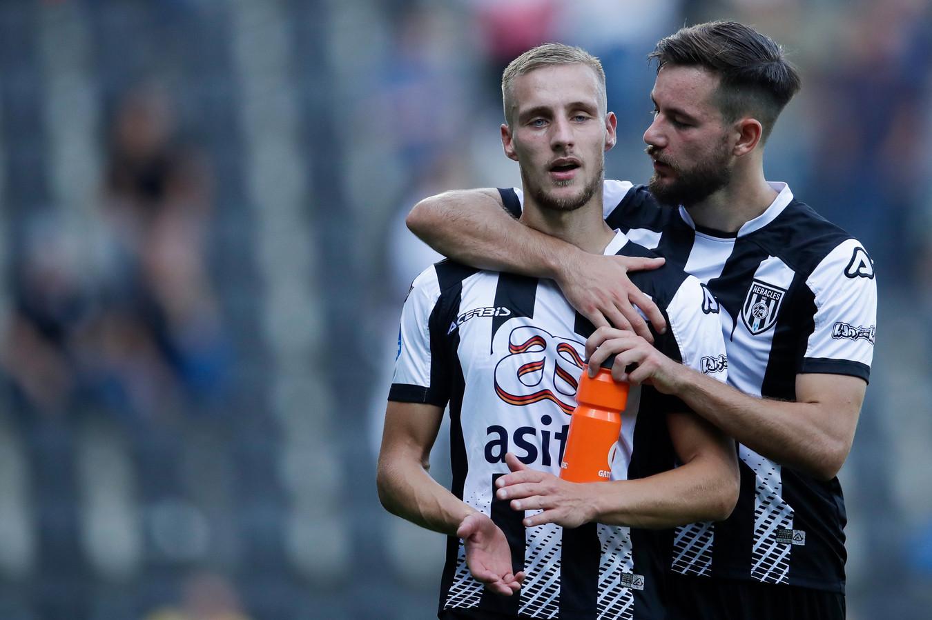 Van der Water (links) was vorige week nog de grote man. Zondag ontbrak hij tegen Willem II.