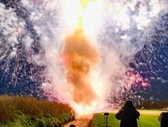 Vuurwerkverkopers schieten in één klap tientallen kilo's vuurwerk af, 'nu het nog kan'