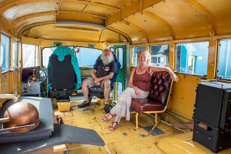 Henk en Elly Wielink gaan op reis met een tot camper omgebouwde schoolbus. Beeld Roos Pierson