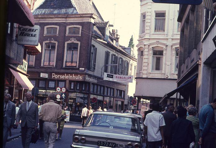 Grote Oord in 1967 met het 'Bungalow-spandoek' van de Hema boven de Weverstraat, verwijzend naar de noodvestiging aan de Oeverstraat tijdens de verbouwing van het winkelpand.