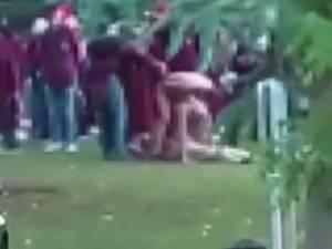 Des étudiants nus s'affairent sur le campus de l'ULB, les activités d'un cercle suspendues