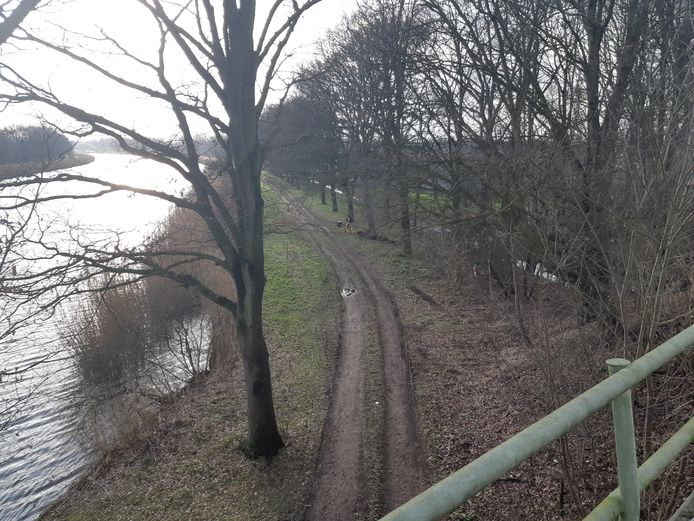 Zo kan er vanuit de trein gekeken worden op de plaats waar het lichaam van Lotte is gevonden.  De foto is gemaakt vanaf de spoorbrug. Reizigers hebben vrij zicht op die plaats.