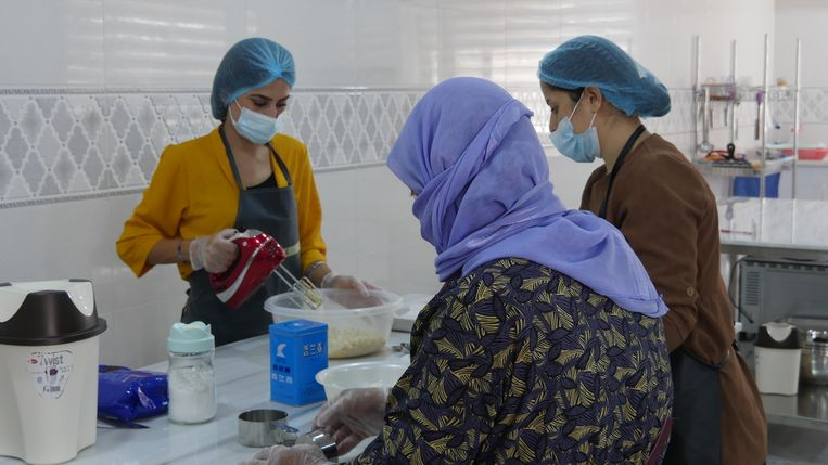 Amira (l.) en Fahima (m.) volgen een bakkersopleiding: 'We kletsen wat af. Het lijkt af en toe net een therapiesessie.'  Beeld Bruno Struys