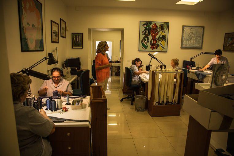 In het atelier van Marinella werken medewerkers aan de dassen. Beeld Zolin Nicola
