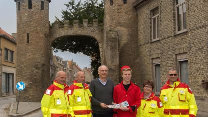 Burgemeester koopt eerste Rode Kruis-sticker Robbedoes