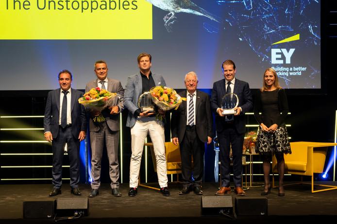 Pieter van der Leegte (links), Wim, Willem en Jennifer van der Leegte (rechts) bij de uitreiking van de awards van EY.