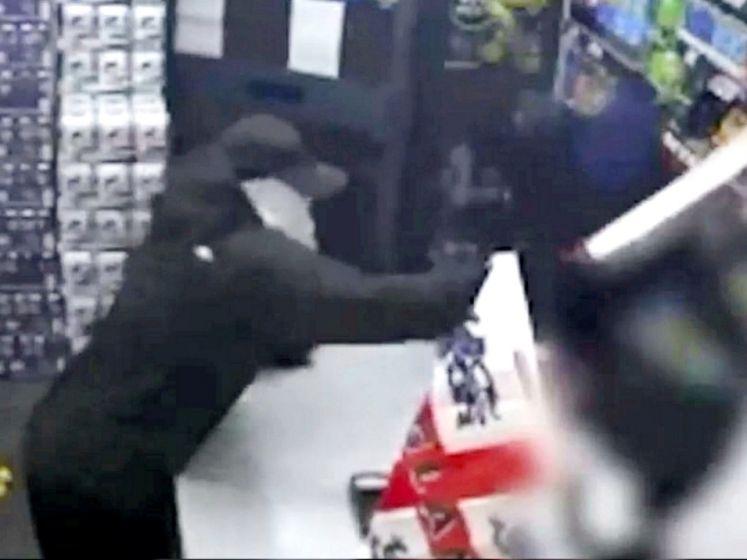 Met bijl en zwaard stormen overvallers winkel binnen: politie deelt hallucinante beelden