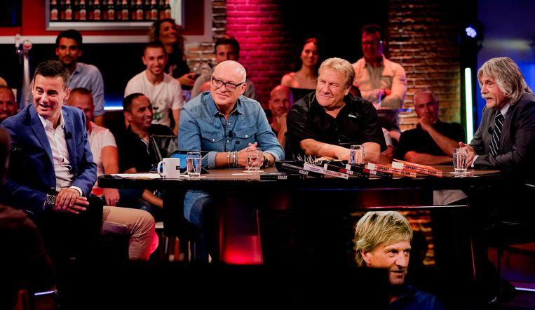 Johan Derksen (uiterst rechts): 'Mensen als Sunny Bergman hebben kennelijk veel moeite om satire en serieuze beledigingen uit elkaar te houden. Grappen maken over homo's is toch niet verboden?' Beeld null