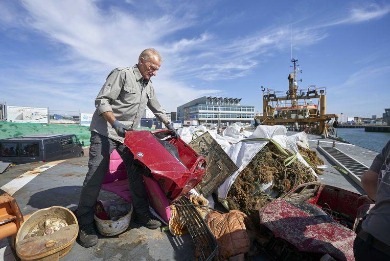 Afval van de MSC Zoe op het schip Commandant Fourcault. Beeld ANP