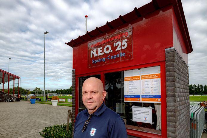 Voorzitter Hans van der Schans van voetbalclub NEO '25 bij de ingang van het complex. Hier staan alle regels.