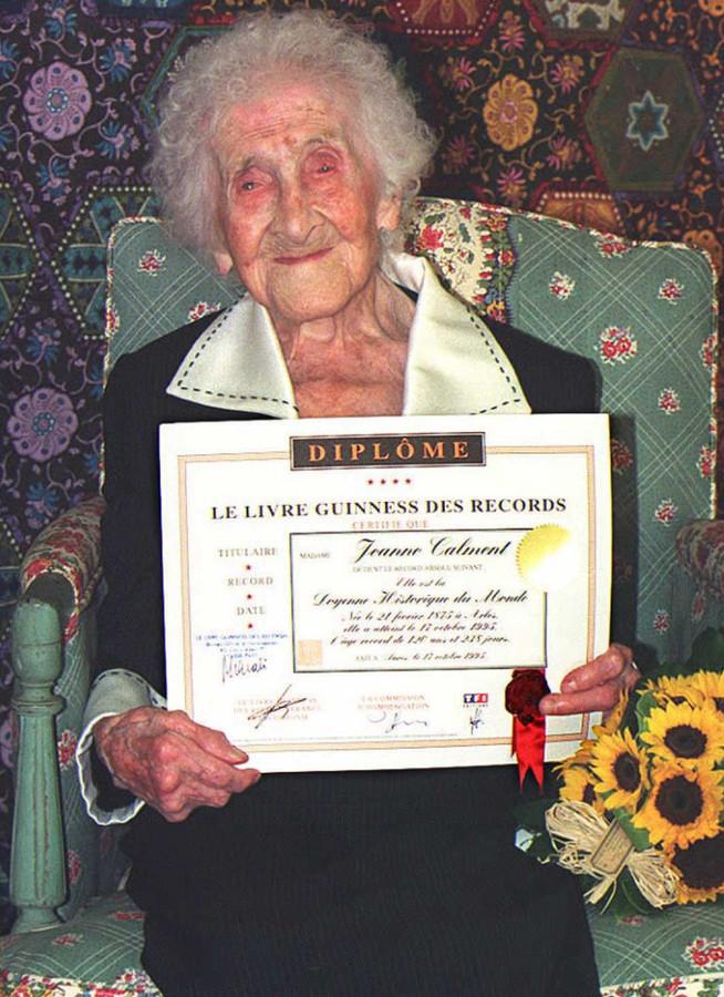 Jeanne Calment poseert in 1995 met een certificaat van het Guiness Book of Records.