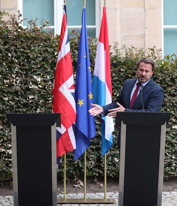 Een ongezien zicht: de Luxemburgse premier Bettel geeft de persconferentie alleen.