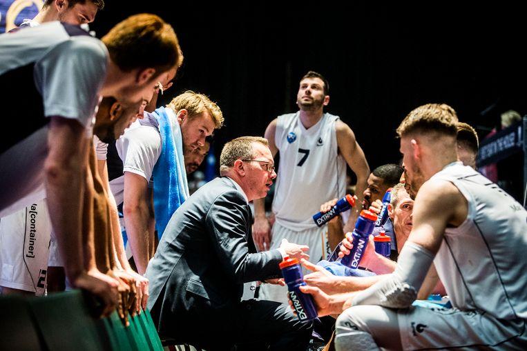 Coach Erik Braal spreekt zijn spelers toe tijdens een time-out. 'Ik ben niet zo enthousiast over de wereldbasketbalbond.' Beeld ANP