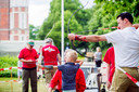 Op het terrein van de KMA laat Breda Archery zien hoe je met een handboog schiet. De 8-jarige Lucas de Jonge uit Rilland schiet in 1 keer in de roos.