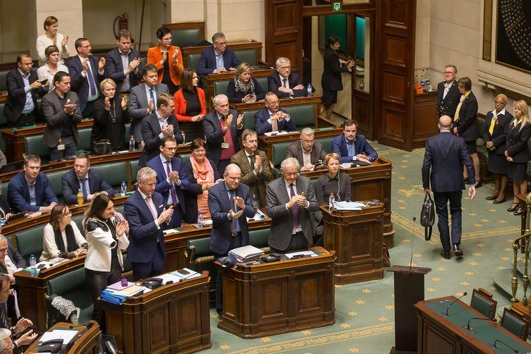 Premier Charles Michel krijgt applaus als hij de Kamer verlaat. Beeld BELGA