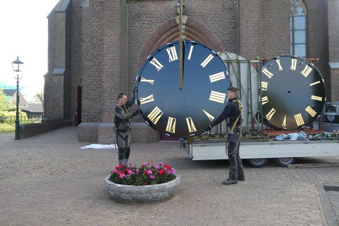 De nieuwe wijzerplaten worden klaargezet voor de reis naar boven in de toren van Sint Jans Onthoofding in Liempde.