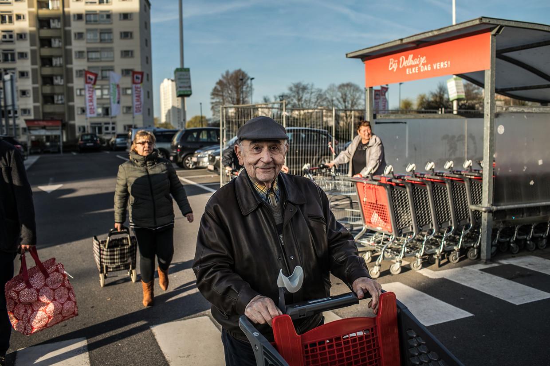 65-plussers krijgen voorrang aan de Delhaize. Beeld Bas Bogaerts