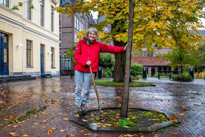 Vrijwilliger Lies Muller op het pleintje van de Pandhof Sinte Marie aan de Mariaplaats. ,,De pandhof is een verrukkelijke groene oase in de binnenstad.''