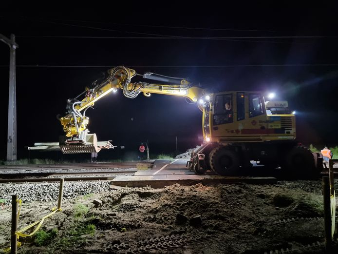 De gevaarlijke spoorwegovergang bij Zenderen is vanaf maandag definitief verleden tijd.