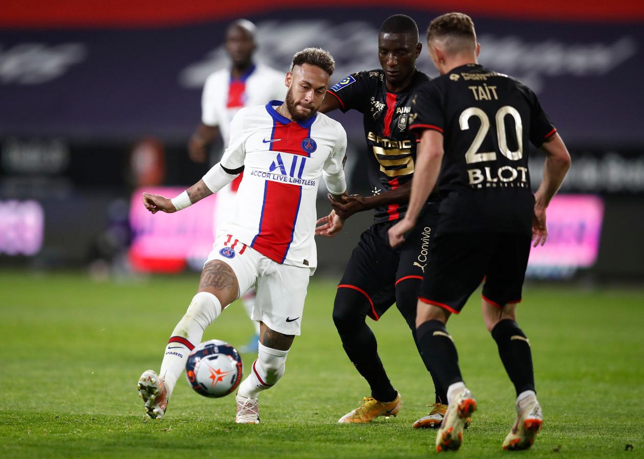 Neymar in actie tegen Stade Rennes. Hij verlengde zaterdag nog zijn contract in Parijs tot medio 2025.