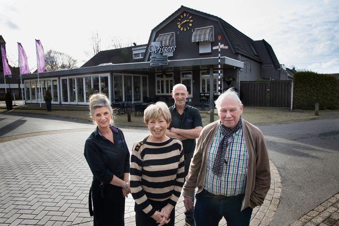 Cynthia Vissers (l) met haar broer Mark en ouders Jeanne en Arnold gaan stoppen met de gelijknamige feestzaal.