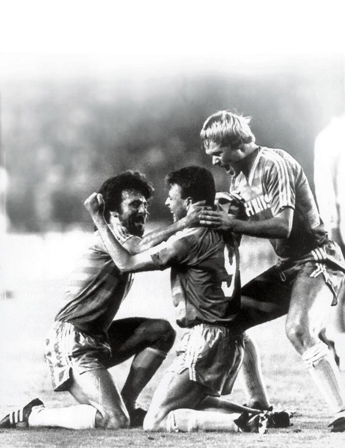 Edward Linskens net nadat hij PSV sensationeel op 1-1 heeft gebracht tegen Real Madrid, op 6 april 1988. Eric Gerets (links) en Ronald Koeman vieren het feest met hem.