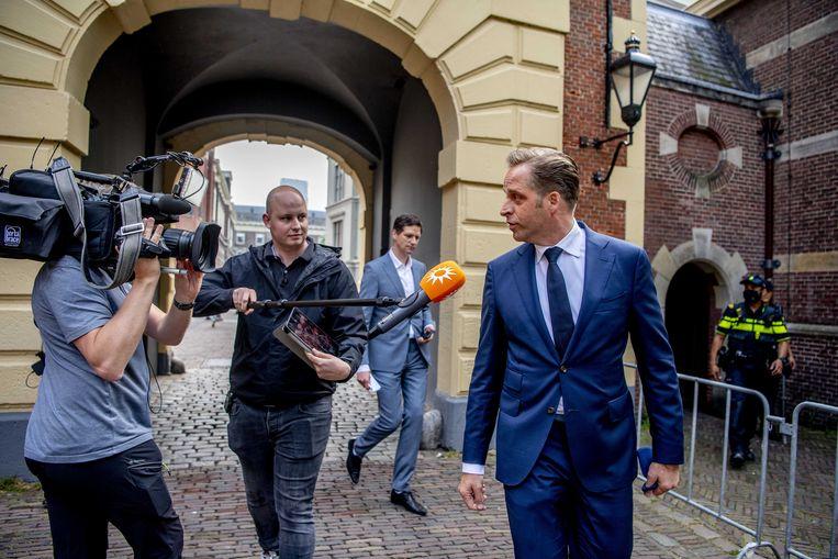 Demissionair minister Hugo de Jonge komt aan op het Binnenhof voor een vooroverleg voorafgaand aan de wekelijkse ministerraad.  Beeld ANP