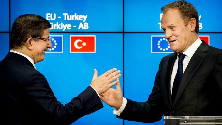 Minister-president van Turkije, Ahmet Davutoglu en Voorzitter van de Europese raad, Donald Tusk (R) geven een persconferentie na afloop van de tweede dag van de Europese top waarbij het draait om een deal met de Turken over een gezamenlijke aanpak van de vluchtelingencrisis. Beeld null
