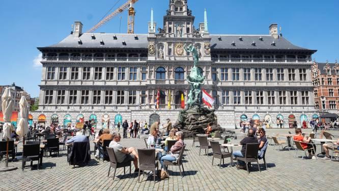 """In heel het land mogen uitgebreide terrassen langer blijven staan maar in Antwerpen blijft 15 oktober de eindmeet: """"Maar we zijn in overleg met de sector"""""""