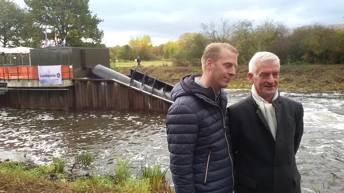 Vader Jan en zoon Bram Taks staan voor de net opgestarte waterkrachtcentrale Dommelstroom.