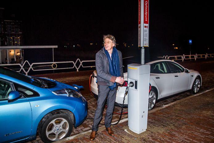 Robin Berg bij een elektrische laadpaal aan de  Leidseweg in Utrecht