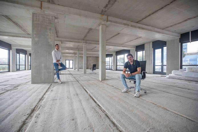 Jordi Roon (links) en Hugo Nieuwenhuijse (rechts) wachten al jaren op nieuwe buren. Wie komt er op de lege stoel zitten in de Kapelse Stationsstraat? Met hun bedrijf Brain communicatie zijn zij nog steeds de enige in de twee grote panden.