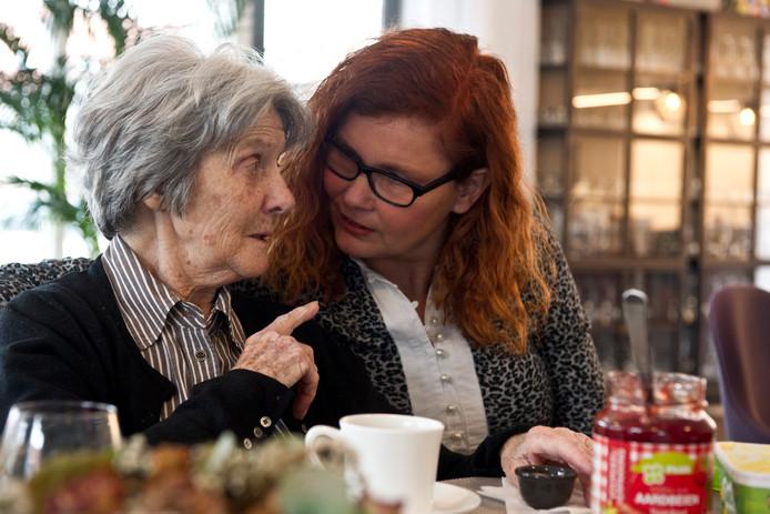 Het Gastenhuis in de wijk Tichellande in Druten. Ricky Heijnen drinkt een kopje thee met gastvrouw Evelien Ouwerling.