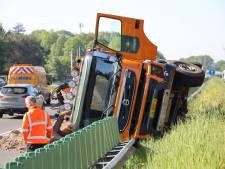 Vrachtwagen kantelt om en belandt op busbaan op N261 bij Loon op Zand