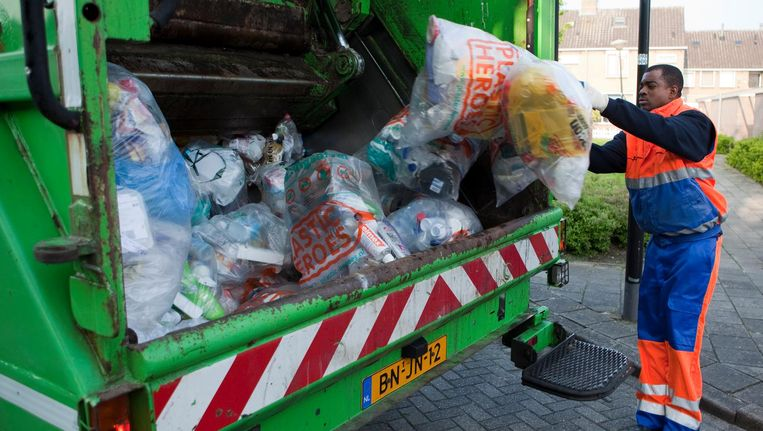 Vuilnismannen halen zakken met plasticafval op in Vinkeveen. Beeld anp