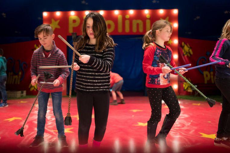 Kinderen repeteren in de tent van Circus Picolini voor hun voorstelling.