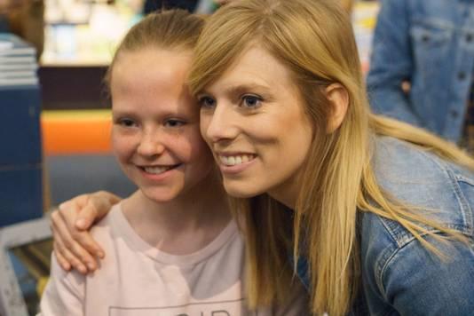 Marit Brugman met een jonge fan van haar Youtube-avonturen.