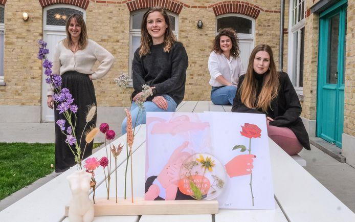 V.l.n.r.: Janne, Lara, Lore, Charlotte, en Helena (niet op de foto) maakten een uniek geschenk voor Moederdag.