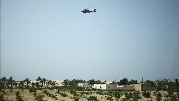 Een militaire helikopter boven Sheikh Zuweid (archiefbeeld). Beeld REUTERS