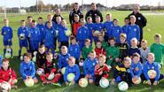 Jonge voetballers trainen enthousiast om techniek bij te schaven