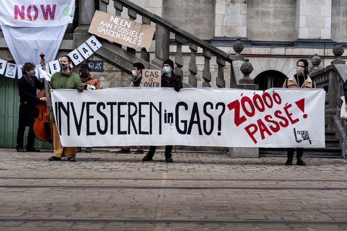 Archiefbeeld: Elke vrijdag komt de actiegroep 'Tegengas' samen aan het Gentse stadhuis om te protesteren tegen de plannen.