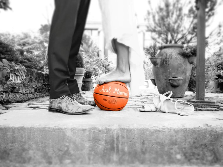 Huwelijksfoto van Erhan en Lisa, zij gebruikte een basketbal om Erhan ten huwelijk te vragen.