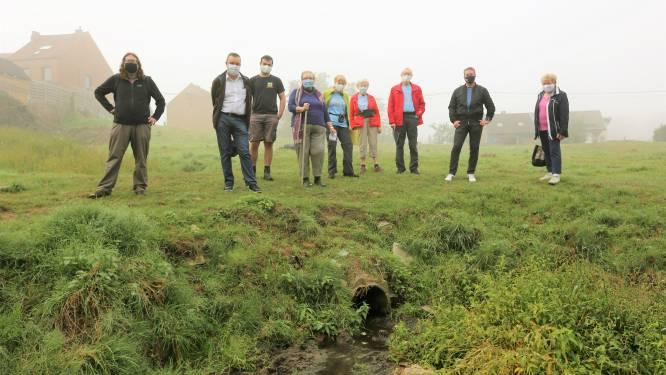 """Afvalwater stroomt al jaren schoongemaakt natuurgebied in: """"Schoolkinderen leren hier bij over het vuilste plekje van Halle"""""""