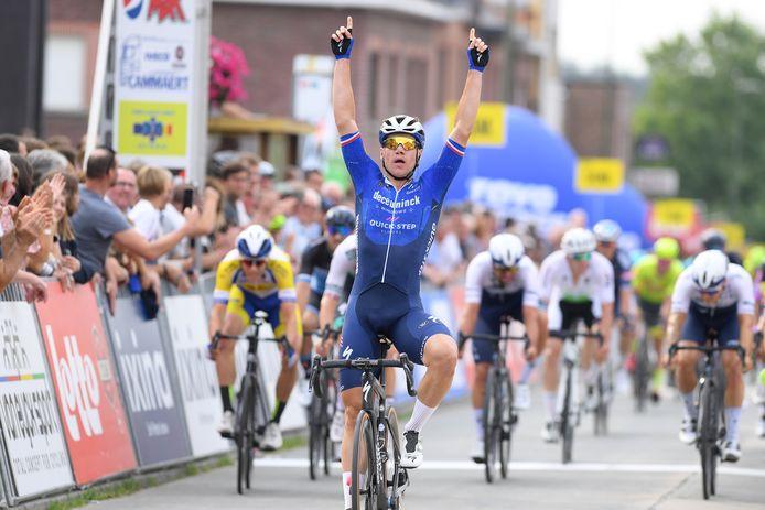 Fabio Jacobsen wint met duidelijk verschil de Gooikse Pijl.