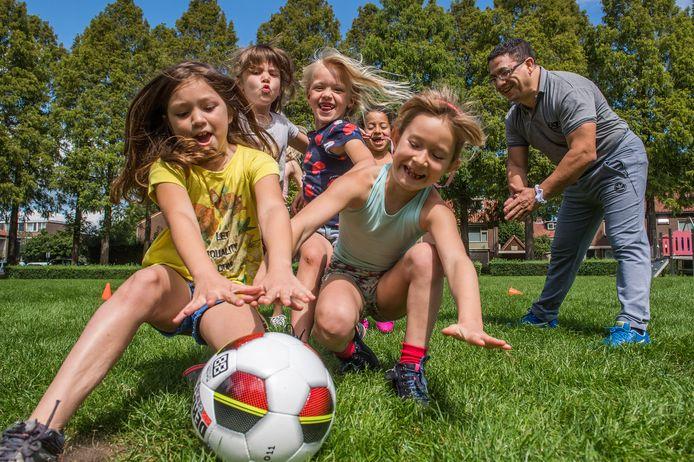 Fair Play-voorzitter Machid El Boustati traint meisjes. Hier nog op een grasveld in een woonwijk, maar inmiddels zijn de eerste trainingen met jeugdteams afgewerkt op sportpark Terweijde.