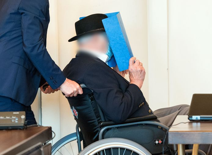 Bruno Dey verbergt zijn gezicht in de rechtszaal.